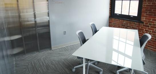 公司装修选择什么样材料的办公家具好